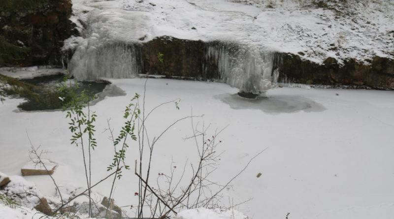 Śniegu jeszcze niema, ale potoki już skute lodem